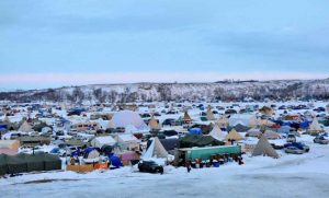 Thousands of people camp near the Standing Rock Sioux Reservation in North Dakota in protest of the Dakota Access oil pipeline. (E. Sarai/VOA news)